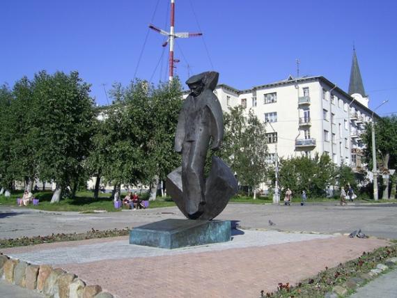 Памятник погибшим молодым морякам в Архангельске