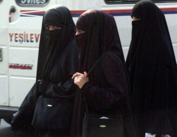 Женщины в Египте одеваются по нормам Ислама