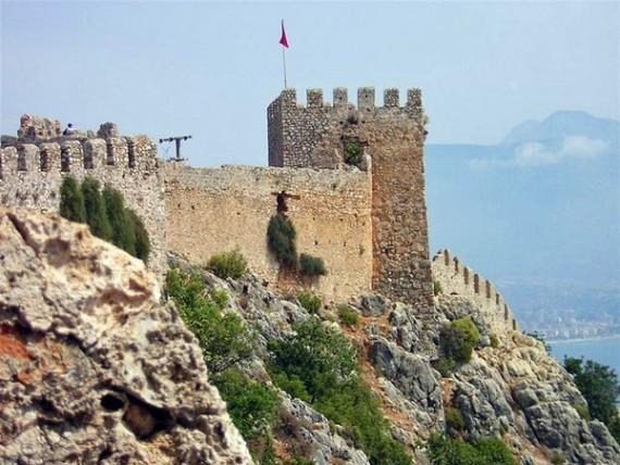 Древняя византийская крепость с башнями и руинами мечетей в Алании
