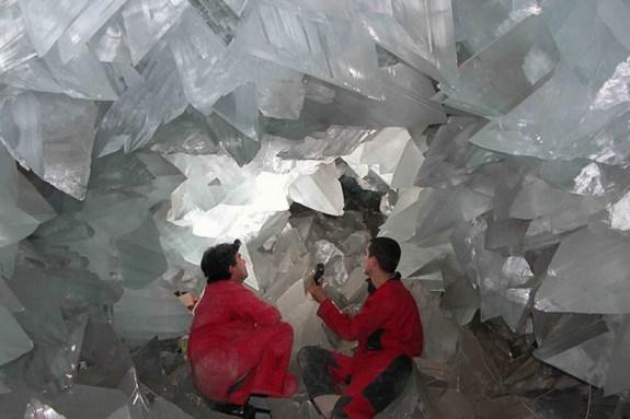 Селенит создает огромные прозрачные кристаллы