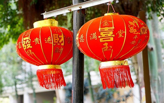 В канун праздника повсюду развешивают красные бумажные фонарики