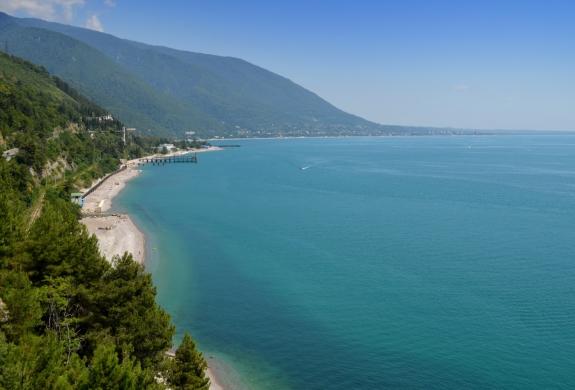 Гагрские отроги Большого Кавказского хребта расположены очень близко к морю