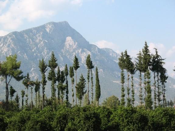 Кемер защищен от холодных ветров горами