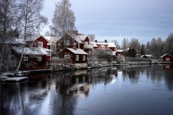Дома на берегу озера