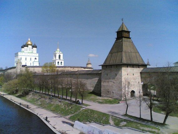 Кром и Васильевская башня Псковской крепости
