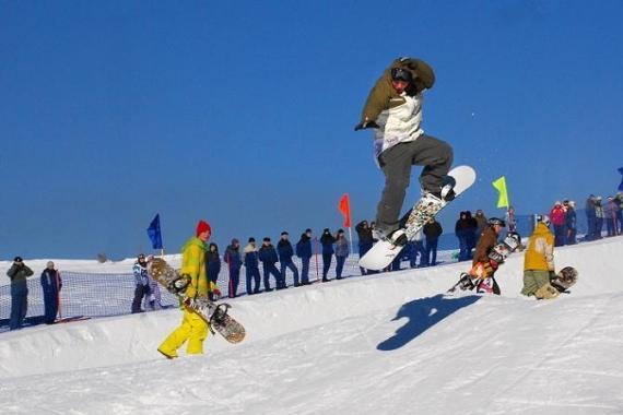 Сноубординг и горнолыжный спорт - популярные виды зимнего отдыха