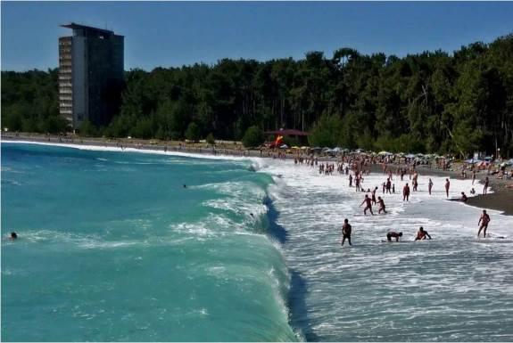 Волны на пляже в Пицунде