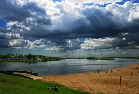 Небо над озером необычайно красивое