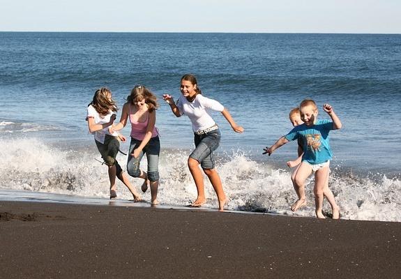 Ребенка могут испугать морские волны