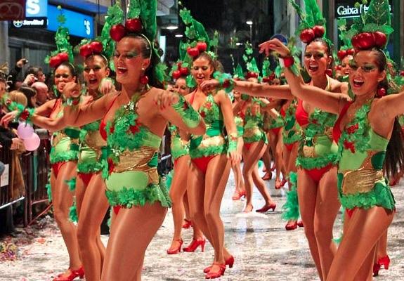 На улицах Ситжеса танцуют 300 тысяч участников карнавала