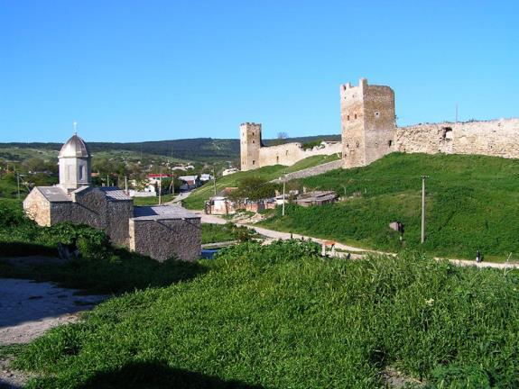 Вид на крепость и армянскую церковь