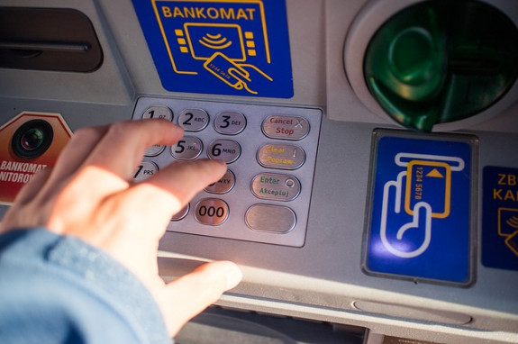 Использование банкомата в путешествии