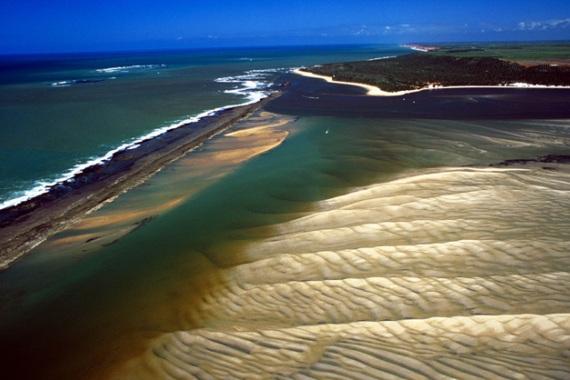 Девственно чистые пляжи Бразилии привлекают туристов со всего земного шара.